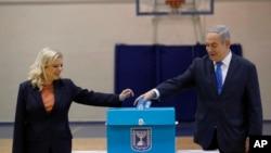 Le Premier ministre israélien Benjamin Netanyahu et son épouse Sara ont voté lors des élections législatives dans un bureau de vote à Jérusalem, le lundi 2 mars 2020. (Atef Safadi/Pool Photo via AP)