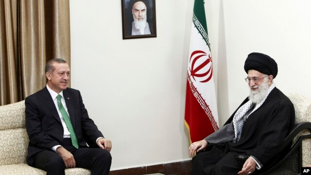Pemimpin tertinggi Iran, Ayatollah Ali Khamenei (kanan) menerima kunjungan PM Turki Recep Tayyip Erdogan di Teheran, Iran hari Rabu (29/1).