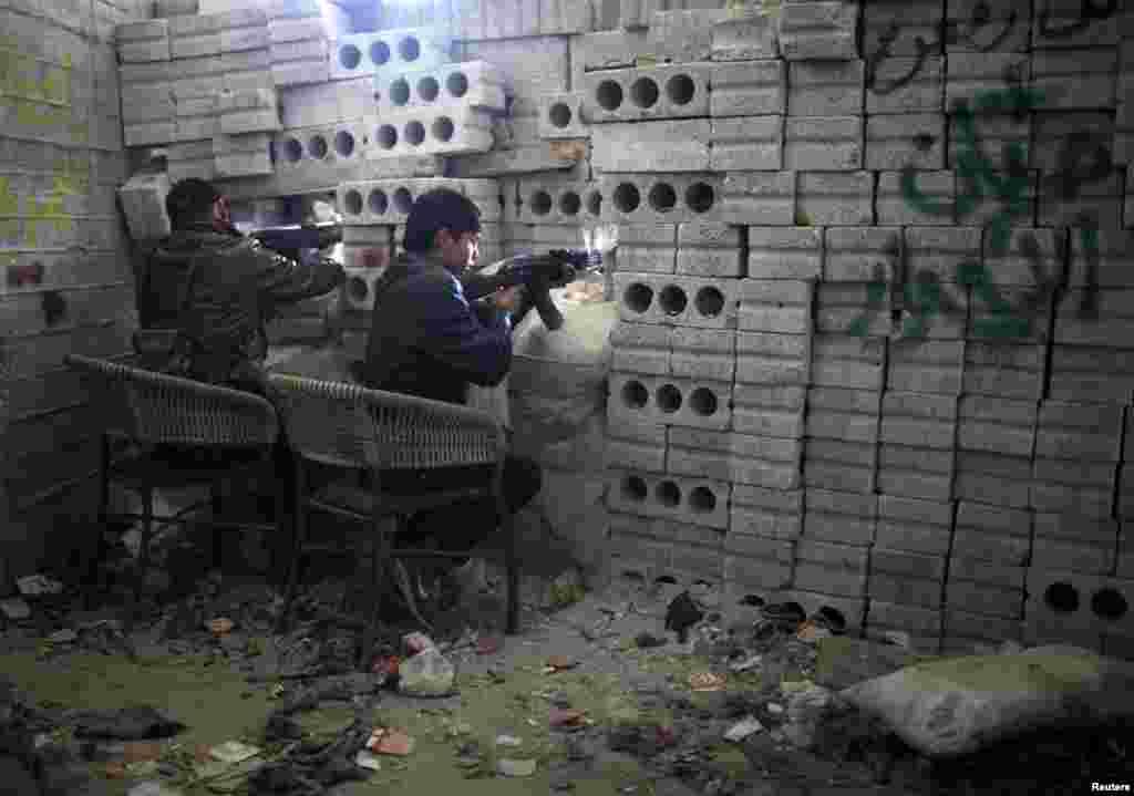 24일 시리아 알레포 지역에서 정부군 공습에 반격하여 싸우는 반군.
