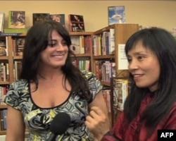 闵安琪和好友凯伦·英博格(左)