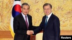 Tư liệu: Ngoại trưởng Trung quốc Vương Nghị và Tổng Thống Hàn quốc Moon Jae-in tại Phủ Tổng Thống Hàn quốc ở Seoul, ngày 5/12/2019. Yonhap via REUTERS