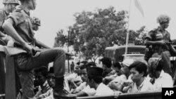 Hàng trăm ngàn người theo cộng sản bị giết hoặc bỏ tù ở Indonesiat thời 1965-1966.