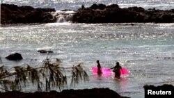 미국 하와이주 해변에서 해수욕을 즐기는 사람들. (자료사진)