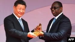 Le président sénégalais Macky Sall a remis au président chinois Xi Jinping une clé de cérémonie lors de l'inauguration de l'arène nationale de lutte, à Dakar, le 22 juillet 2018.
