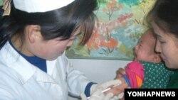 질병 예방을 위해 혼합백신 접종을 받는 북한 어린이(자료사진)