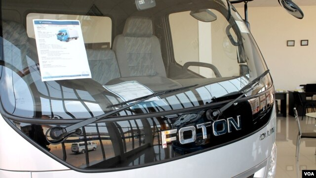 A truck on display at Foton's showroom in Kampala, Uganda, where the Chinese company plans to open a manufacturing plant, June 20, 2013. (VOA News - H. Heuler)
