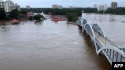 16일 인도 남부 케랄라주에서 폭우로 페리야르강이 범람해 주변마을이 물에 잠겼다.