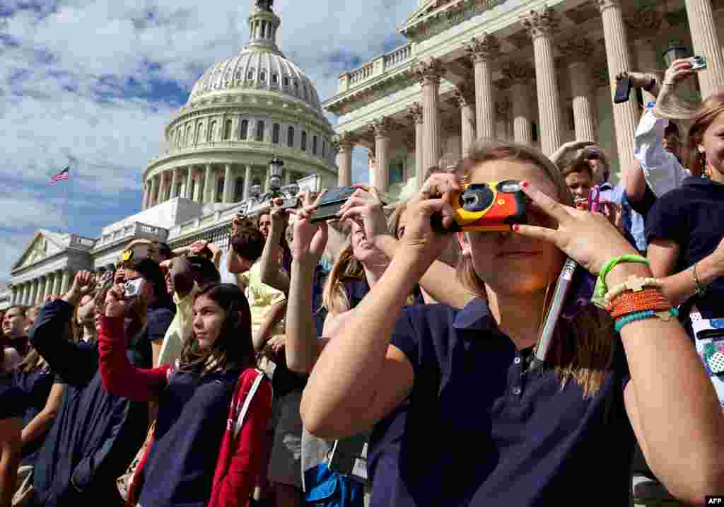 Мешканці та гості Вашингтона мали останню можливість побачити човник «Дискавері» у повітрі.