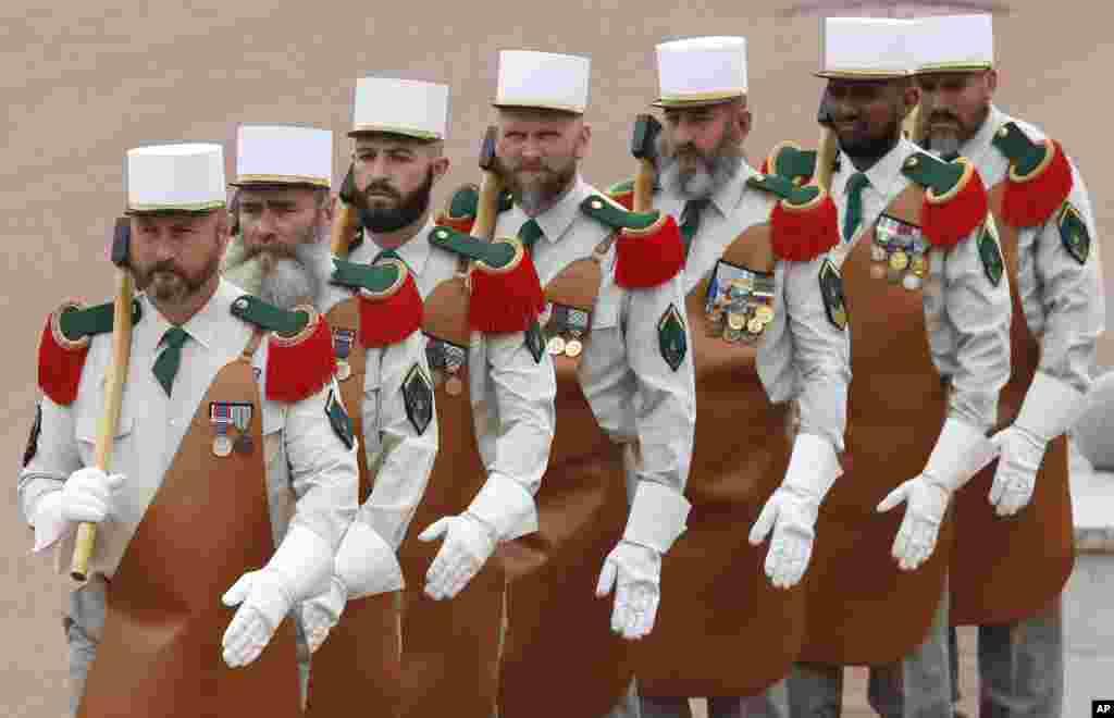 Lính Lê dương trong trang phục truyền thống của những người tiên phong, vác rìu trong buổi lễ kỷ niệm trận chiến Camerone năm 1863 tại căn cứ ở Aubagne, gần thành phố Marseille ở miền nam nước Pháp