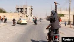 Celebración en las calles de la ciudad de Tabqa, en Siria, luego de ser tomada por militantes del Estado islámico.