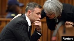 L'ancien athlète Oscar Pistorius un moment avant que le juge ne prononce sa sentence pour le meurtre de Reeva Steenkamp à la cour de Justice de Pretoria, Afrique du Sud, le 13 juin 2016.