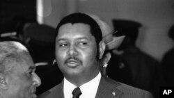 Na arhivskom snimku od 25. aprila 1975. haićanski predsednik Žan-Klod Duvalije dočekuje zambijskog predsednika Keneta Kaundu.