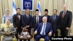 Presiden Israel Reuven Rivlin menerima tujuh anggota delegasi Muslim Indonesia termasuk Profesor Istibsyaroh (kiri, duduk), ketua Komisi Perempuan, Remaja dan Keluarga Majelis Ulama Indonesia Pusat. (Foto: Situs Kementerian Luar Negeri Israel)