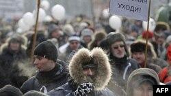 Người biểu tình trong giá rét ở thủ đô Moskova chống Thủ tướng Vladimir Putin, ngày 4 tháng 2, 2012