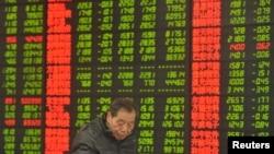 在安徽阜阳的一家证券行里,投资者用电脑观看股市行情(2016年1月28日)