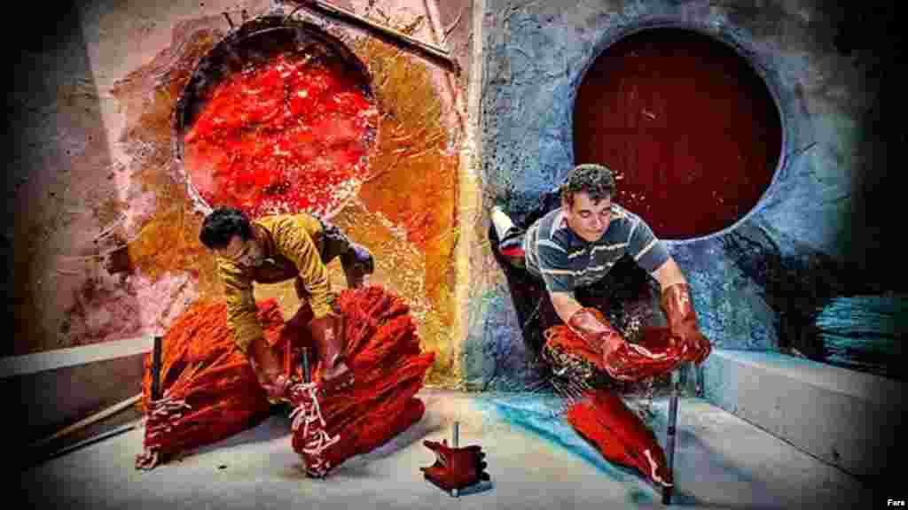 دست اندرکاران قالیبافی. قالیهایی به رنگ طبیعت در روستاهای فراهان در اراک. عکس: محمد وروانیفراهانی