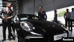 Mobil mewah buatan Jerman Porsche dipamerkan di Lagos, Nigeria. (Foto: Dok)