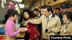 马英九陪母亲采购节日食材 (总统府照片)