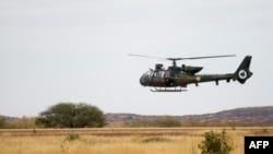 資料照片:一架法軍瞪羚直升機從馬里廷巴克圖飛回後降落在法國陸軍位於馬里塞瓦雷的基地機場。 (2013年·月28日)