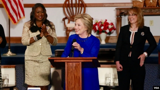 Democratic presidential candidate Hillary Clinton speaks at Central Baptist Church in Columbia, S.C., joined by Sybrina Fulton, left, the mother of shooting victim Trayvon Martin, and former U.S. Representative Gabrielle Giffords. (B. Allen/VOA)