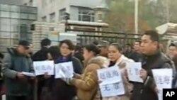 维权人士在法院外声援赵连海