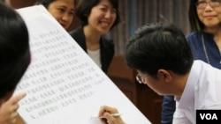 立委(蔡适应)在临时提案上签名(美国之音齐勇明拍摄)
