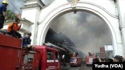 Petugas pemadam kebakaran berupaya memadamkan si jago merah yang melalap Pasar Klewer Solo, 28 Desember 2014 (Foto: VOA/Yudha)