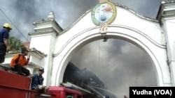 Petugas pemadam kebakaran berupaya memadamkan si jago merah yang melalap Pasar Klewer Solo hingga Minggu pagi, 28 Desember 2014 (Foto: VOA/Yudha)