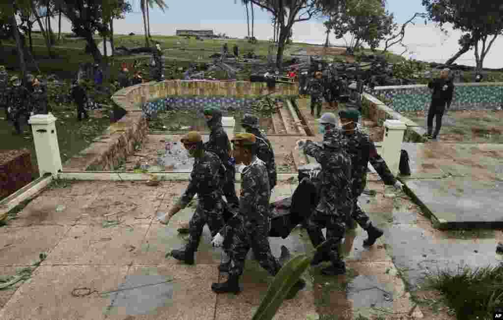 سربازان اندونزی اجساد کشته های سونامی اخیر در این کشور را حمل می کنند. ابتدا گفته شد چهل نفر کشته شده اند اما بعد از سه روز آمار به بیش از سیصد نفر رسید.