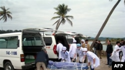 Nhân viên y tế Việt Nam đưa thi thể một nạn nhân trong vụ chìm tàu du lịch lên xe cứu thương tại tỉnh Quảng Ninh, ngày 17/2/2011