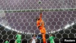 Le gardien de but algérien Rais Mbolhi lors d'un match contre l'Allemagne à Rio, le 30 juin 2014.