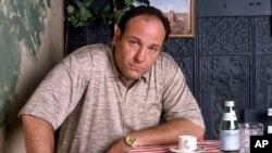 """ARSIP – Foto arsip dari tahun 1999 atas perkenan HBO, menunjukkan foto mendiang James Gandolfini, dalam perannya sebagai bos mafia Tony Soprano, sebuah episode dari musim pertama serial televisi kabel HBO tentang kehidupan mafia, """"The Sopranos"""" (foto: AP Photo/HBO, Anthony Neste, Arsip)"""