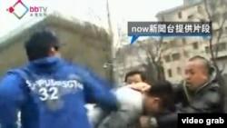 香港宽带电视台播放的2013年3月8日香港记者在京采访遭遇暴力的画面(视频截图)