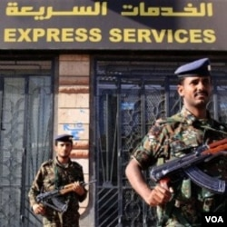 Tentara Yaman menjaga kantor jasa pengiriman paket UPS (United Parcel Service) di ibukota Sana'a.