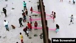 امریکہ اور میکسیکو کے دورمیان فولادی دیوار کے آرپار جھولوں کا بچے اور بڑے لطف اٹھا رہے ہیں۔ 30 جولائی 2019