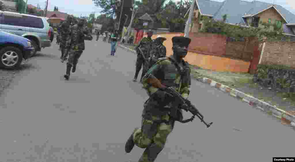 Des rebelles du M23 à Goma (A. Malivika/VOA)