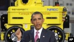 奥巴马总统在卡内基-梅隆大学发表讲话,背后是一辆机器人汽车