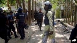 نیروهای امنیتی در محل انفجار.