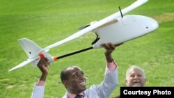 Ahli patologi Timothy Amukele (kiri) bekerja sama dengan Robert Chalmers dan sejumlah insinyur lain untuk merancang sistem kurir menggunakan drone yang dapat mengangkut sampel darah ke lab untuk didiagnosa. (Foto: Johns Hopkins Medicine)