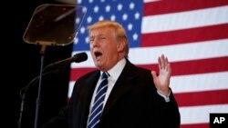 Calon presiden AS dari Partai Republik Donald Trump dalam kampanye di Cedar Rapids, Iowa (28/10). (AP/Evan Vucci)