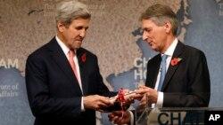 آقای کری جایزه خود را از فیلیپ هموند وزیر خارجه سابق بریتانیا دریافت کرد.