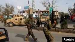Tentara Nasional Afghan (ANA) tiba di lokasi serangan bom mobil bunuh diri di provinsi Jalalabad (20/3).