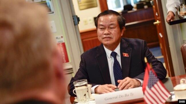 Ông Đỗ Bá Tỵ trong cuộc gặp với Thứ trưởng Quốc phòng Mỹ Patrick M. Shanahan hôm 23/7.