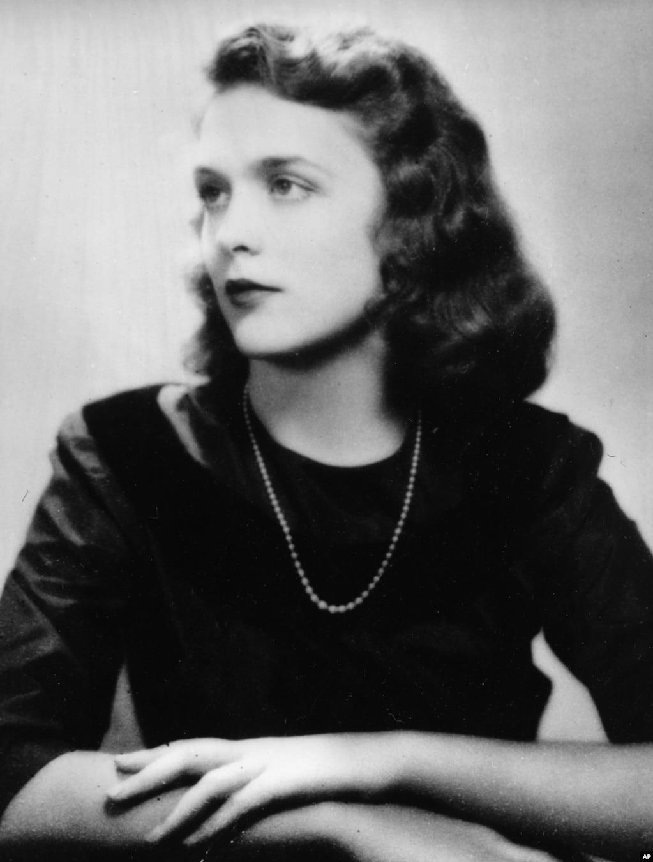 1943年,芭芭拉·皮爾斯在美國南卡羅來納州查爾斯頓的精修學校Ashley Hall的畢業照,她就是後來的芭芭拉·布什。 芭芭拉·布什1925年6月8日出生於紐約州拉伊鎮,她的父親是一名雜誌出版商。