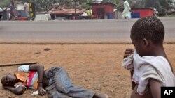 Một người đàn ông bị nghi nhiễm Ebola nằm trên đường phố Monrovia, Liberia.