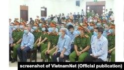 Các bị cáo tại phiên xét xử về vụ án xuất phát từ tranh chấp đất đai ở Đồng Tâm, Hà Nội (ảnh ngày 10/9 của VietnamNet)