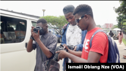 Jeune photographe ambulant à Libreville, le 7 juillet 2021.