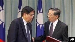 Menteri Luar Negeri Taiwan David Lin (kanan) menemui utusan Filipina Antonio Basilio (15/3). Filipina menyampaikan permintaan maaf secara resmi atas insiden penembakan nelayan yang mengakibatkan kematian nelayan tersebut, Kamis lalu.