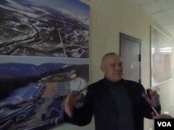 俄罗斯西伯利亚托木斯克一所大学的教师在图片前介绍通向中国的石油和天然气管道如何铺设。这所大学的许多学生将从事俄中油气管道的维护服务。(美国之音白桦拍摄)