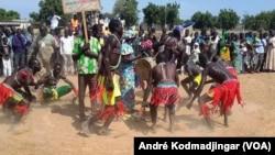 La danse traditionnelle Mousseye Kodoma, une éthnie du sud du Tchad et une partie du Cameroun, Bongo, 18 novembre 2017. (VOA/André Kodmadjingar)
